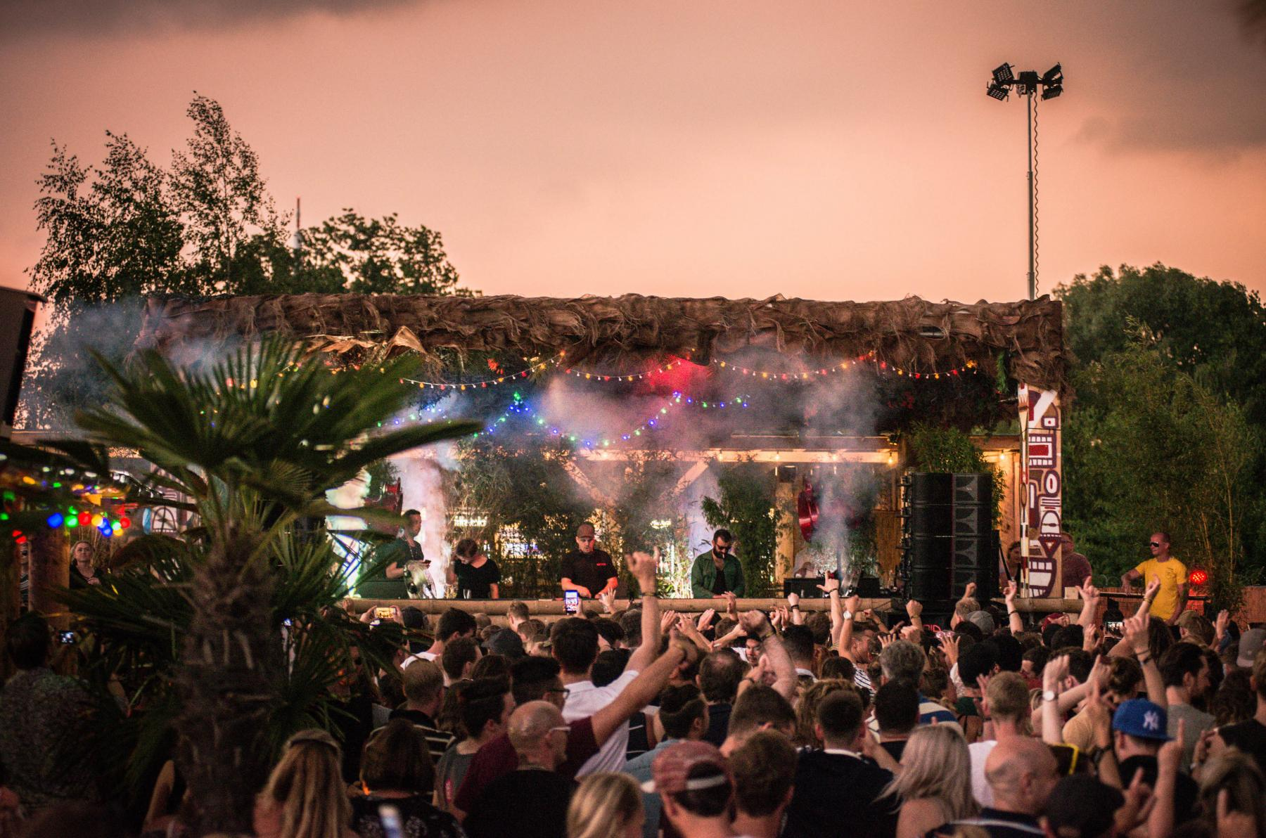 Don't miss the 1st lineup wave! Photo Credit to Nils Heede
